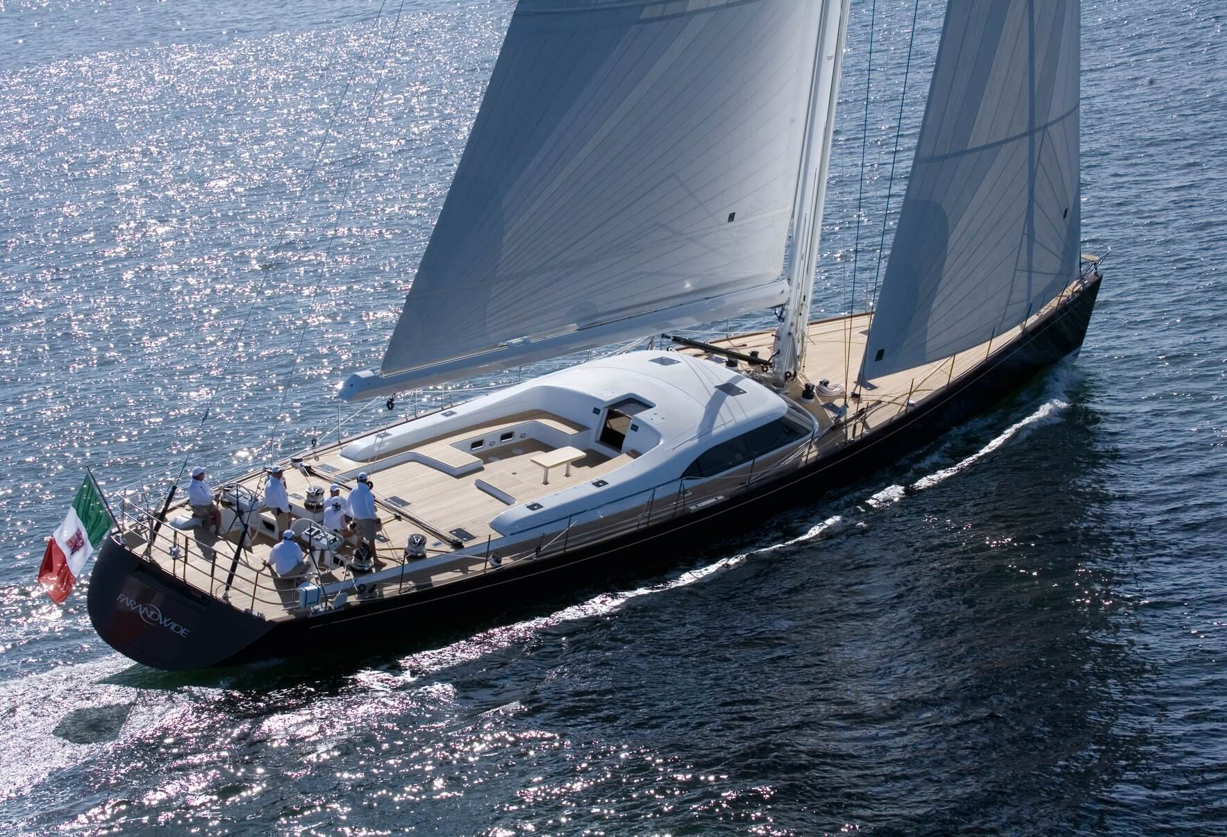 charter-yacht-far-and-wide-under-sail_001.jpg